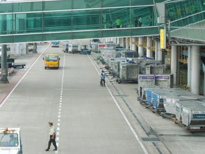 空港でもこの自転車二人乗りクオリティ