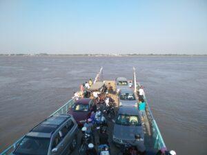 プノンペン王宮と「川むこう」